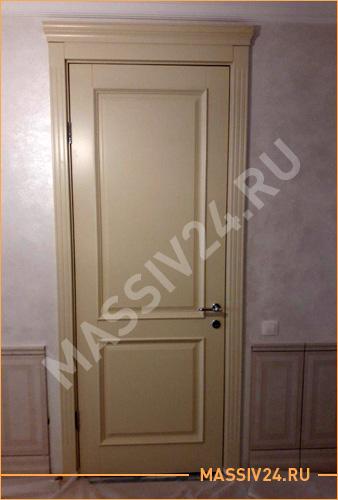 Бежевая дверь из массива из сосны