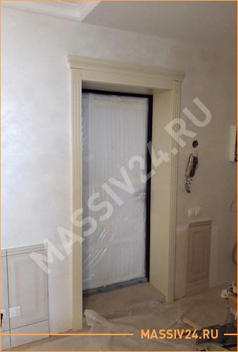 Арка из белого массива дерева на входной двери
