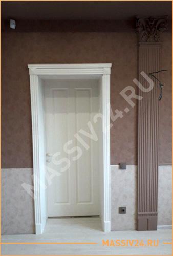 Белая дверь из массива с облицовочными панелями