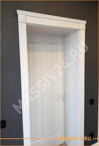 Белая облицовка на межкомнатную дверь из массива