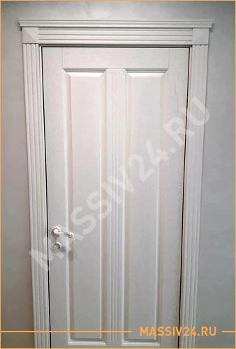 Широкая, большая дверь из массива белого цвета