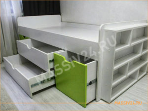 Белая кровать и стеллаж для книг с зелеными вставками