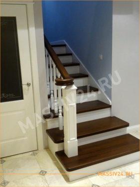 Белая лестница с накладками из бука