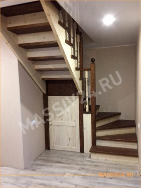 Светло-коричневая лестница с кладовкой под лестницей
