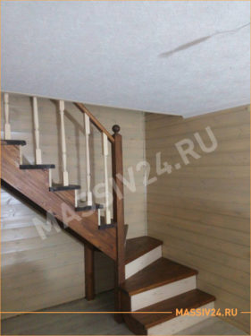 Коричневая лестница из массива сосны с перилами