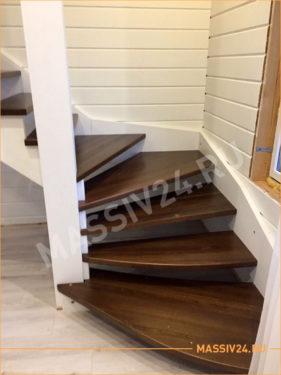 Маленькая лестница из массива бука белого цвета