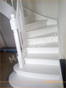 Большая белоснежно белая лестница из массива бука
