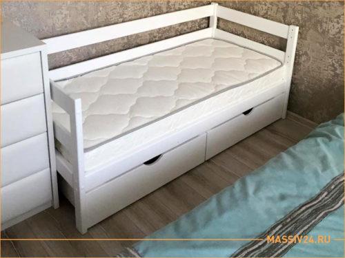 Белая детская кроватка с двумя выдвижными ящиками из массива дерева