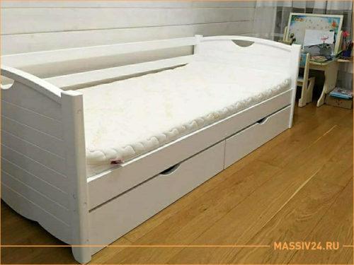 Белая кроватка с цельными спинками из массива дерева и ящиками выдвижными