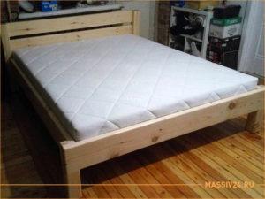 Простая кровать из массива дерева