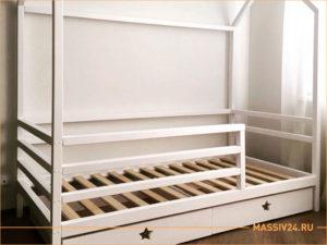 Детская кроватка для девочки со звездочками в виде домика