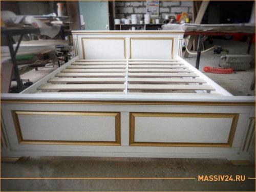Большая белая кровать из массива