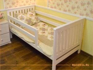 Нежная кроватка для ребенка из настоящего дерева