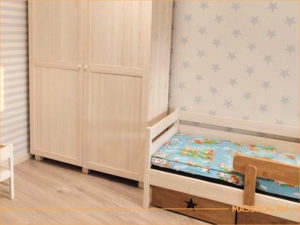 Кровать и шкаф для одежды в детской комнате