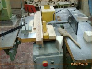 Деревообрабатывающий станок в столярной мастерской