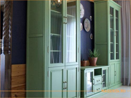Зеленый гарнитур из массива дерева в гостиной