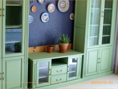Мебель из массива дерева в зеленом цвете