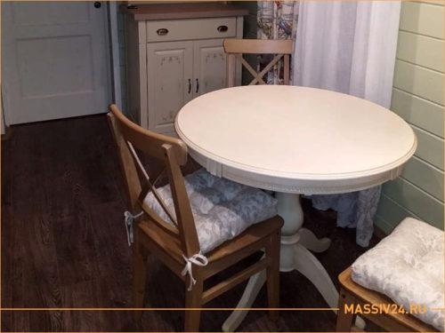 Бежевый столик из массива дерева со стульями