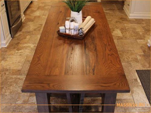 Темный стол из массива дерева на кухне