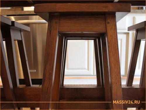 Деревянные стулья из массива сосны темного цвета