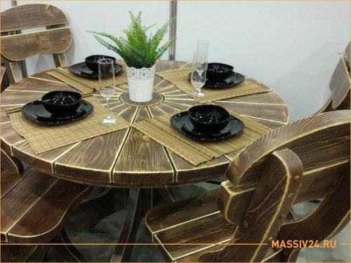 Круглый стол из массива дерева в ресторане с посудой