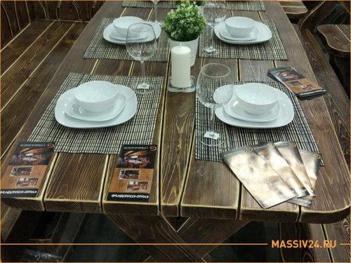 Деревянный прямоугольный стол, на столе белая посуда из ресторана