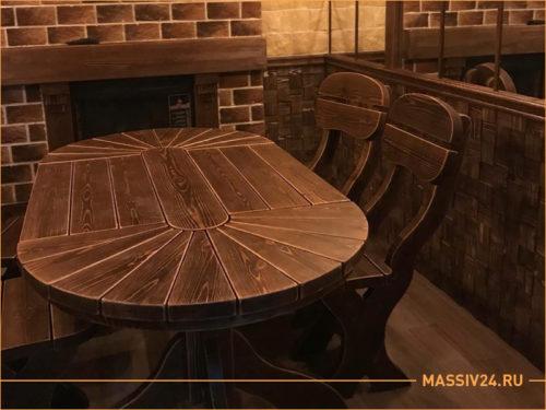 Коричневый темный овальный стол из массива дерева с двумя стульями