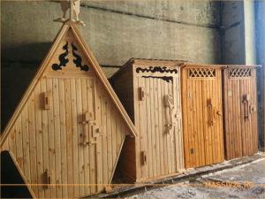 Несколько деревянных уличных туалетов на складе
